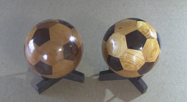 角を削って丸くして。木製の手作りサッカーボールができる様子が気持ち良い