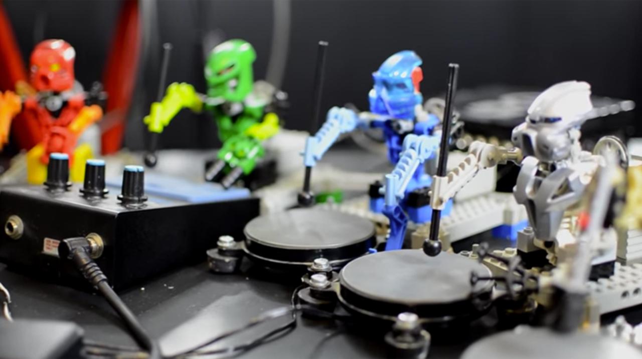 ロボットレゴ楽団がクラフトワークの『Robots』を演奏