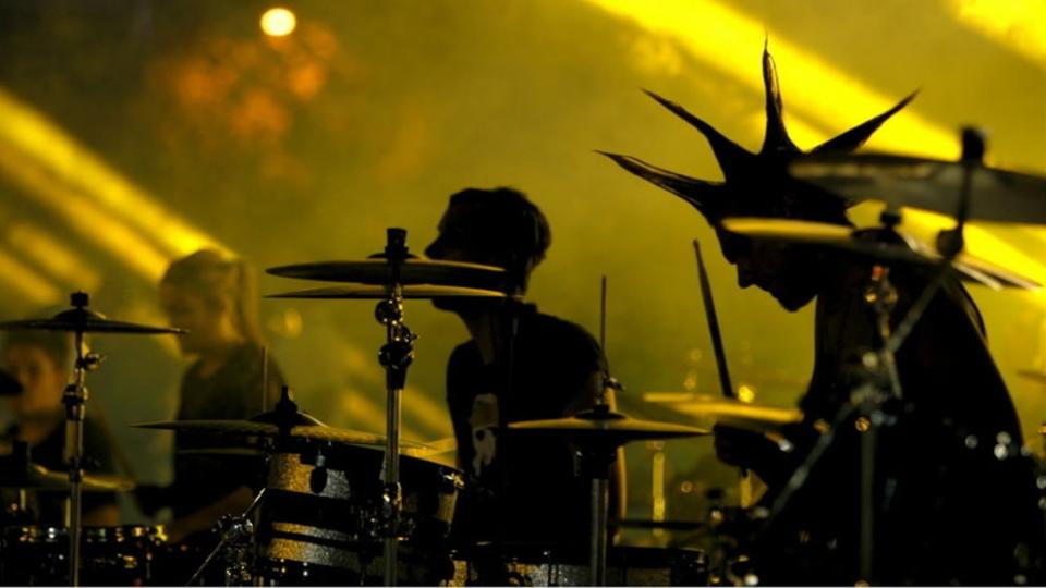 1000人以上でニルヴァーナの名曲『スメルズ・ライク・ティーン・スピリット』を演奏