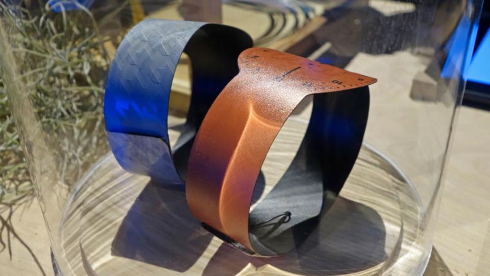 Eインク腕時計「FES Wacth」新型はカメレオンのように変化し、紙のように薄い