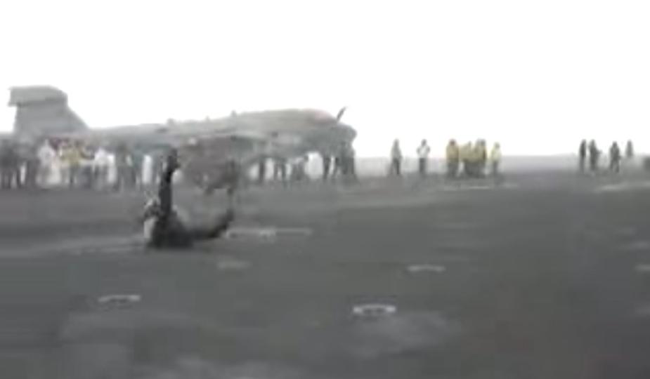 アメリカの強力な航空機の離陸で、人が吹っ飛ぶ