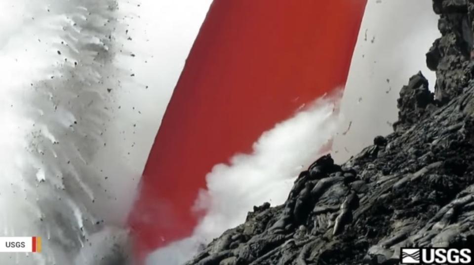 海に流れ込む高温の溶岩が美味しそうなジュースにしか見えない