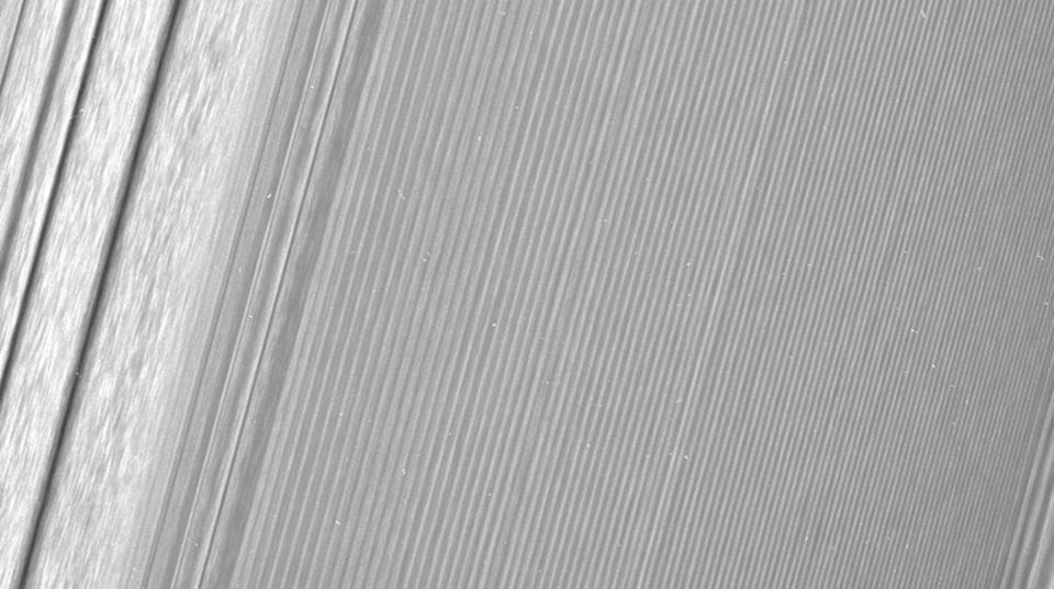 土星探査機カッシーニが史上もっとも近くで撮影した土星の環