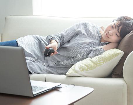 寝たまま使える「ごろ寝マウス」で、さらにダラダラゴロゴロ