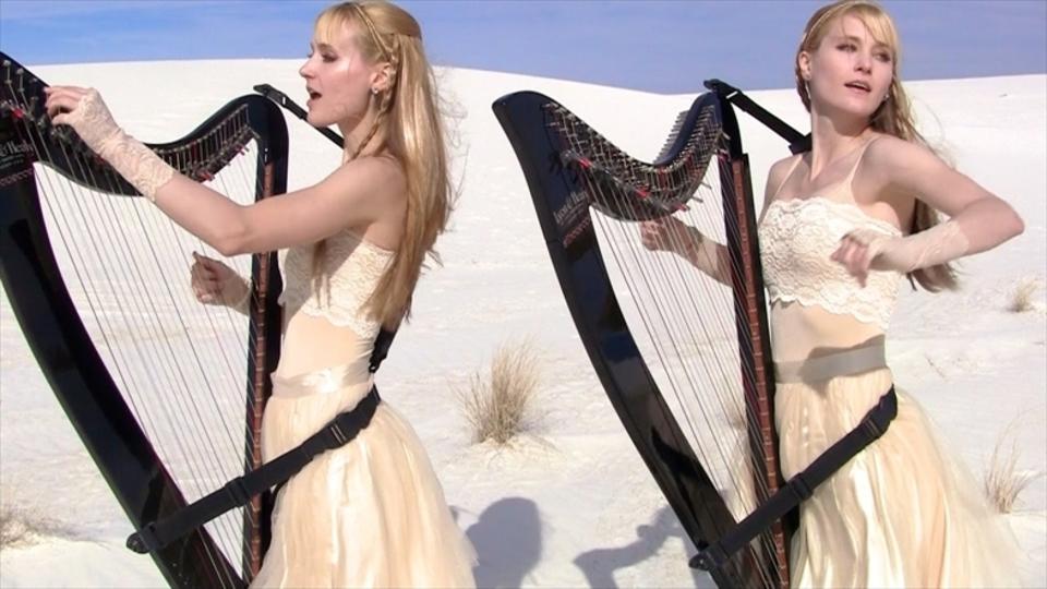 砂漠に響く鋼の調べ。美女姉妹がハープで『Enter The Sandman』を演奏