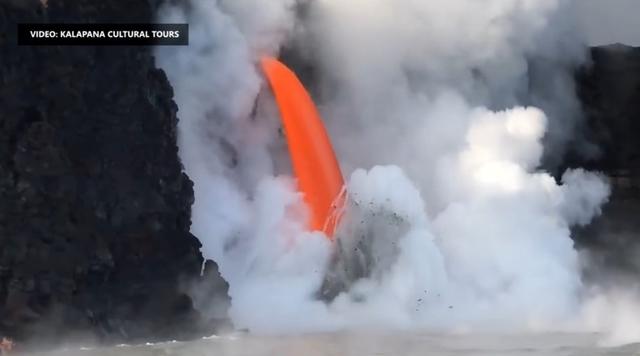 ハワイ キラウエア火山の溶岩が海に流れ出す