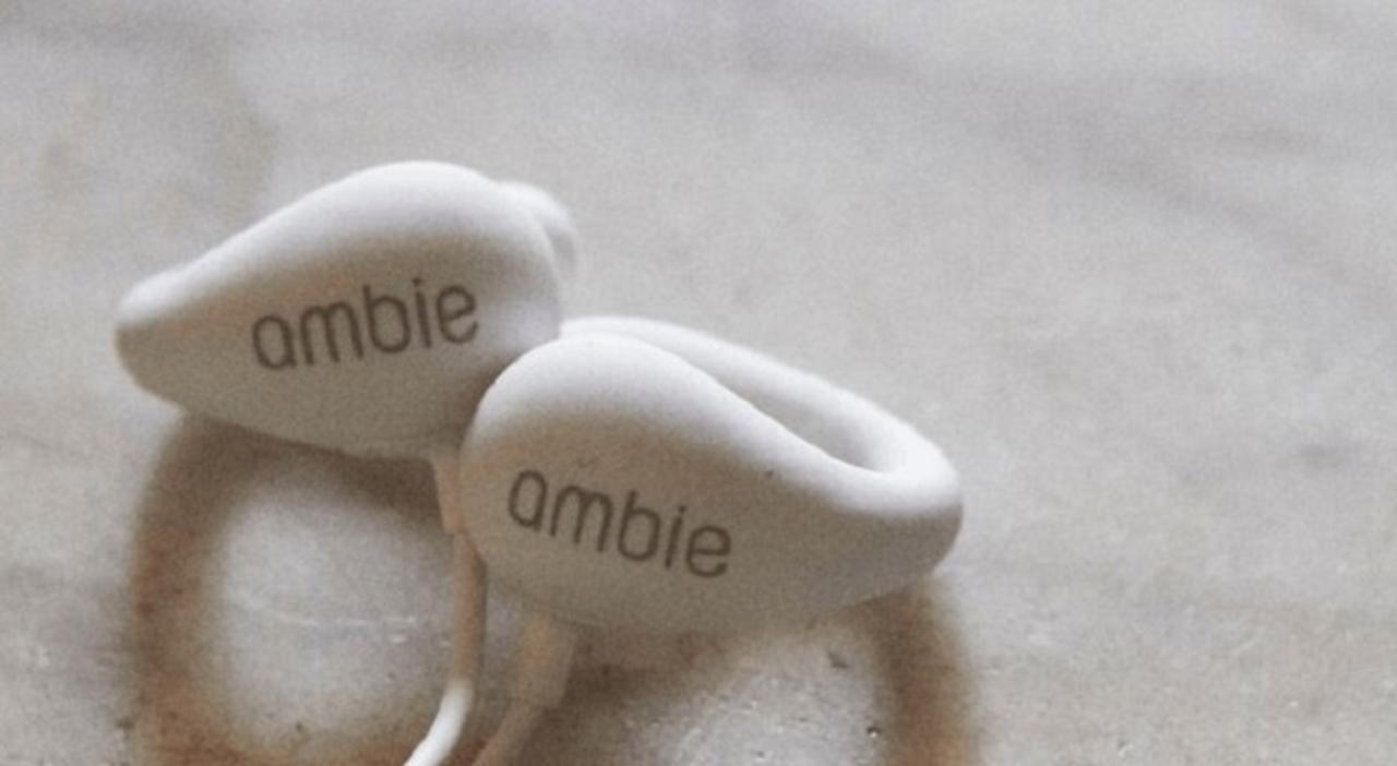 「耳をふさがない」新型イヤフォン。ソニーの技術を応用したベンチャーambieから発表