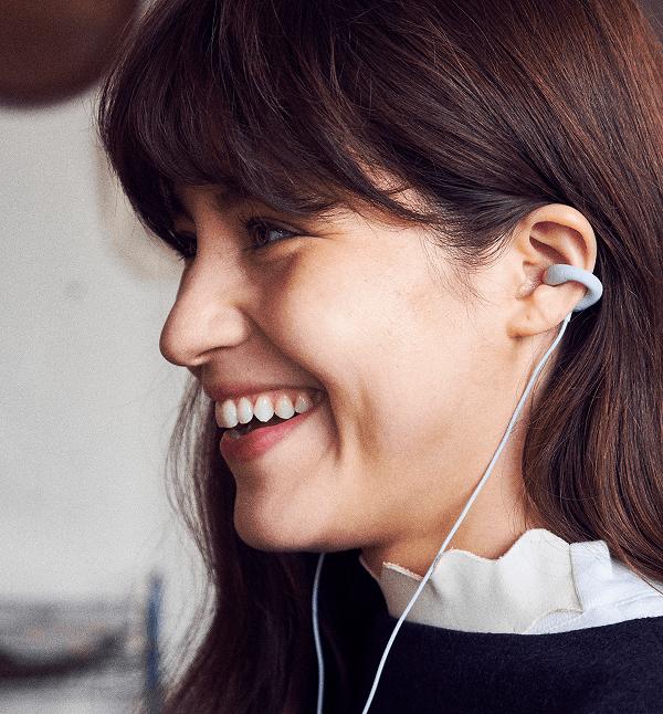 「耳をふさがない」新型イヤフォン。ソニーの技術を応用したベンチャーから発表2