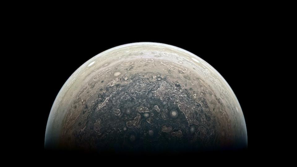 禍々しくも美しい。木星の南極をNASAの探査機ジュノーが撮影