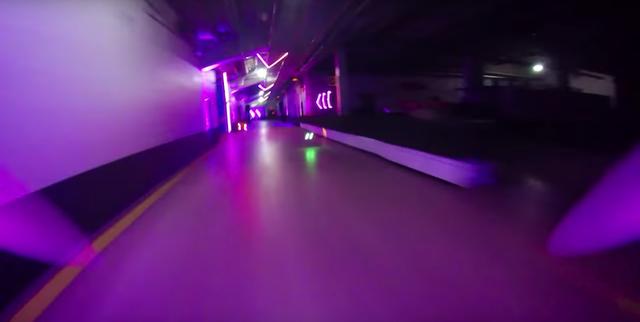 今すぐ始めたい!圧巻のプロ技術を魅せる超高速ドローンレース動画