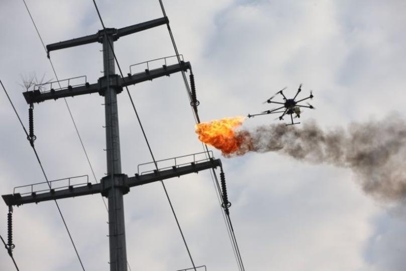 大丈夫? 空中で火を噴くドローン、中国で高圧送電線の周囲に飛来運用中