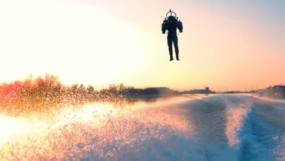 人類最高のおもちゃ決定。美しい景色を華麗に飛ぶジェットパック動画