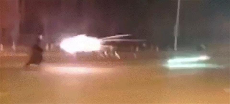 春節の中国で『ハリポタ』のワンシーンさながらに、激しく花火を撃ち合う2人組