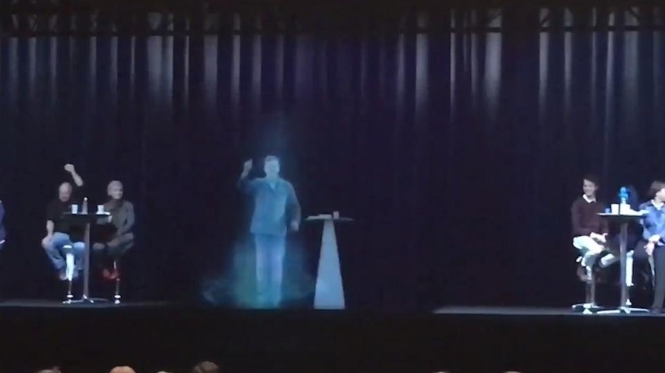 ホログラムで舞台に現れたのはミクさん…ではなく、フランス大統領候補でした