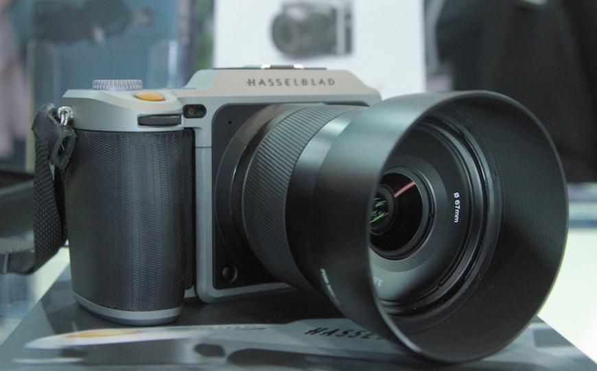 ミラーがないだけでこんなに小さく。ハッセルブラッドの中判ミラーレスカメラ「X1D-50c」をハンズオン #CPplus