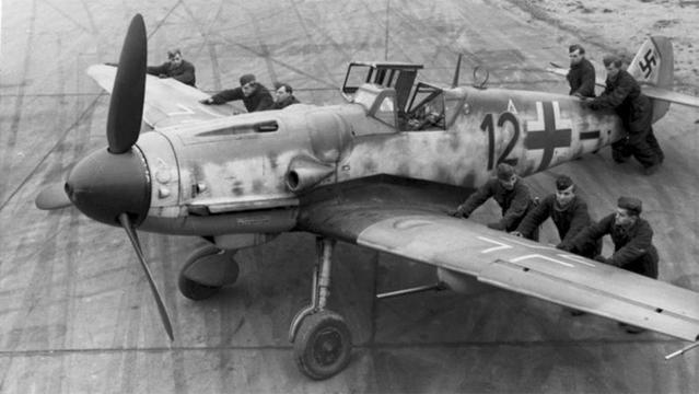 学校の課題がきっかけで家の農場を掘ったら、パイロットの遺体が入ったままの第二次世界大戦の戦闘機を発見