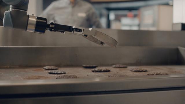 ハンバーグをひっくり返すAIロボットアーム、よくよく考えると怖くなる理由
