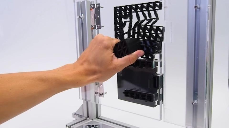 このドア、取っ手もロックも3Dプリント製です