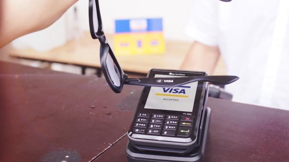VISA、非接触支払いのできるサングラスを公開
