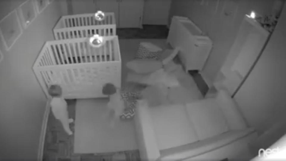 眠りを知らないパーティーピーポー。寝室カメラが目撃した双子の赤ちゃん、元気いっぱい