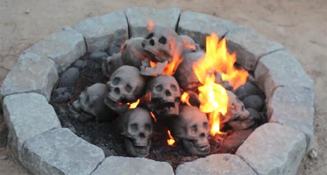 この夏のキャンプファイヤーは呪いの儀式風に決まり! ガイコツ山積みデザインのたき火用ツール