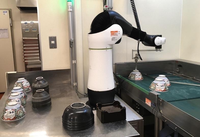 へいお待ち! 吉野家が「食器洗いロボット」を導入!