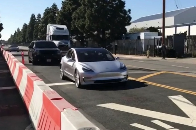 未来感バリバリ。電気自動車「Tesla Model 3」プロトタイプの走行が激写される