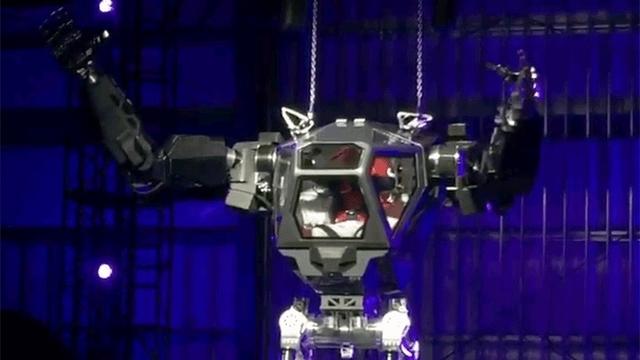「ベゾス、行きまーす!」 AmazonのCEOが巨大ロボットに乗り込む