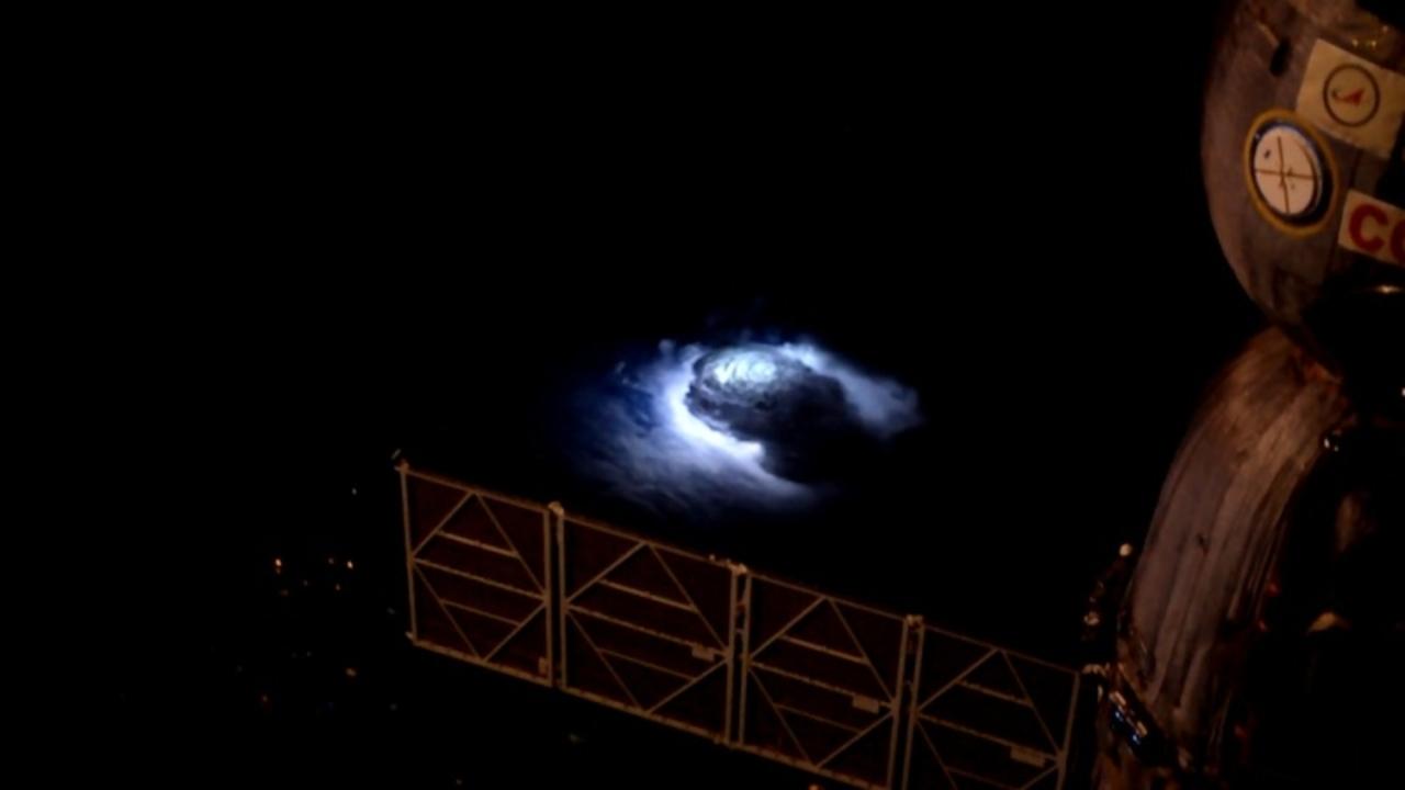 宇宙に向かって青々と光る謎の現象「ブルージェット」その正体がだんだんと判明してきました