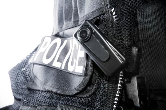 ボディカメラメーカーAxonが、アメリカのすべての警察署に1年間無料でボディカメラを提供