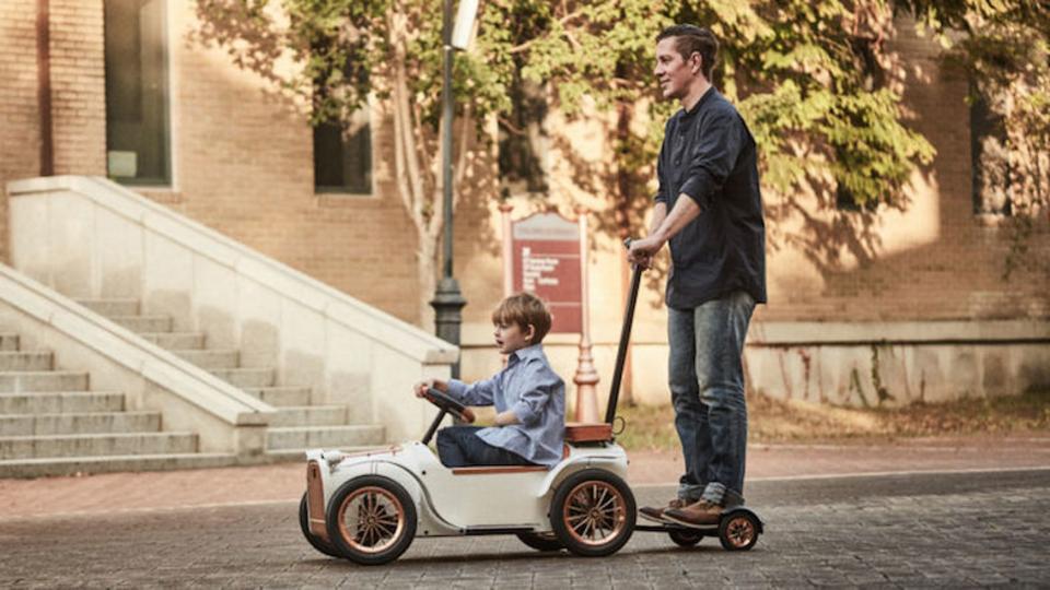 歩く前から運転中! 電気自動車なベビーカー
