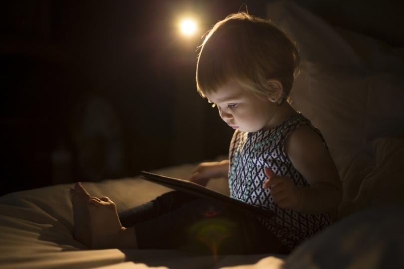 要注意!タッチスクリーンを使う子どもは夜眠りにくくなるかも