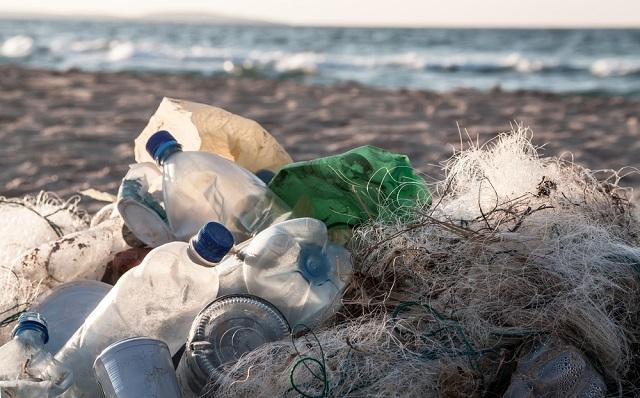 1 海藻からできたプルプルな「食べられるボトル」が海の汚染に歯止めをかける