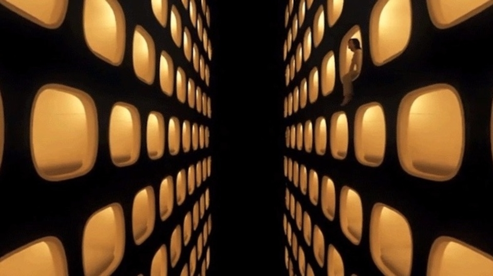 まるで『2001年宇宙の旅』のアレ。360度動画で東京の街が漂う宇宙に突入せよ