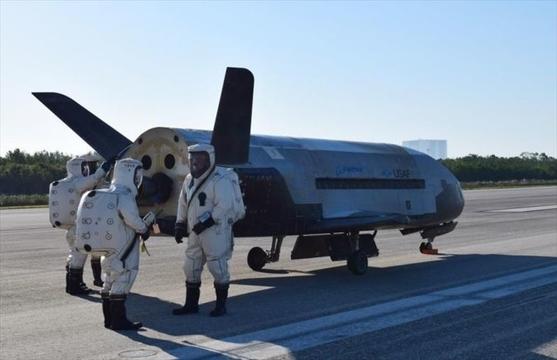 最高機密の米空軍宇宙機「X-37B」2年の周回を終えソニックブームを撒き散らしながら帰還