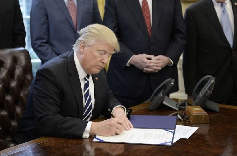 ドナルド・トランプと大統領執務室の赤いボタン:核ミサイルのボタンじゃないよ