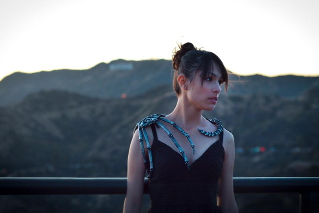 映画『エイリアン:コヴェナント』のフェイスハガーをコスプレ天使アンヘラさんが手作りアクセサリーに!