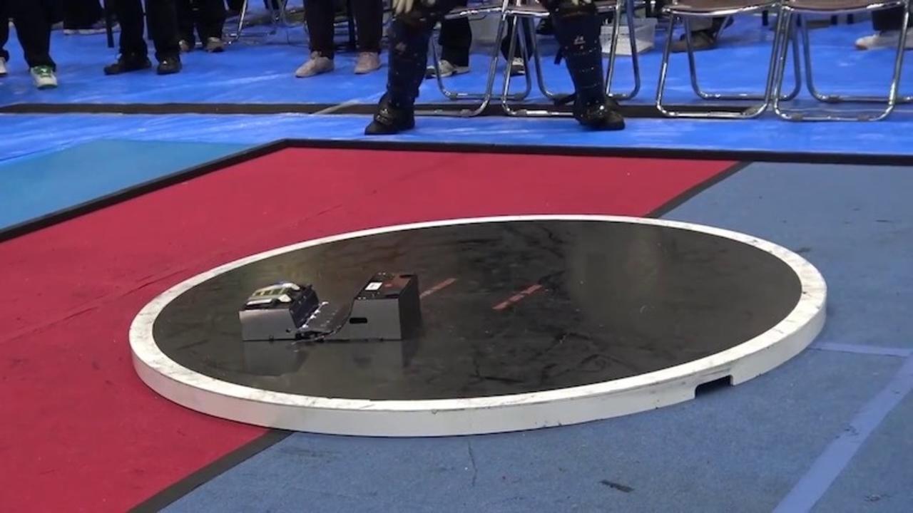 瞬きしてると見逃すよ! 光の速さでロボットたちが繰り広げる血みどろの戦い