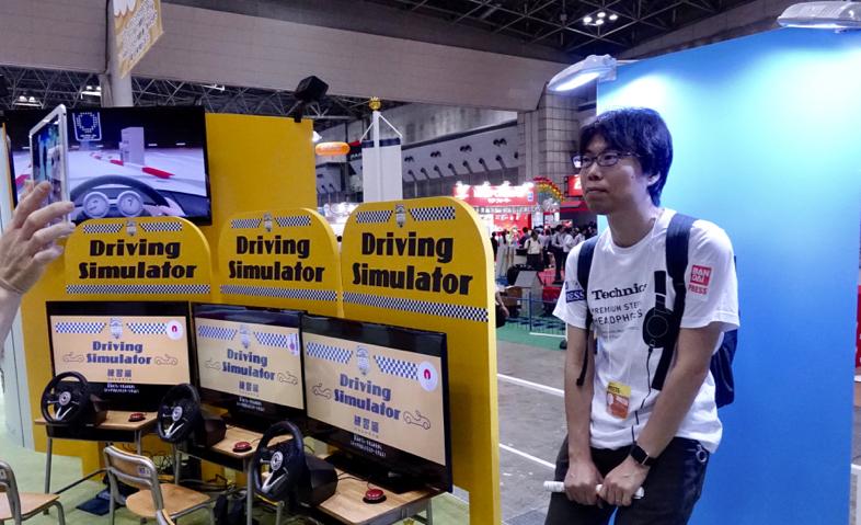 東京おもちゃショー専用の運転免許が取れるトヨタのドライビングシミュレーターを体験2