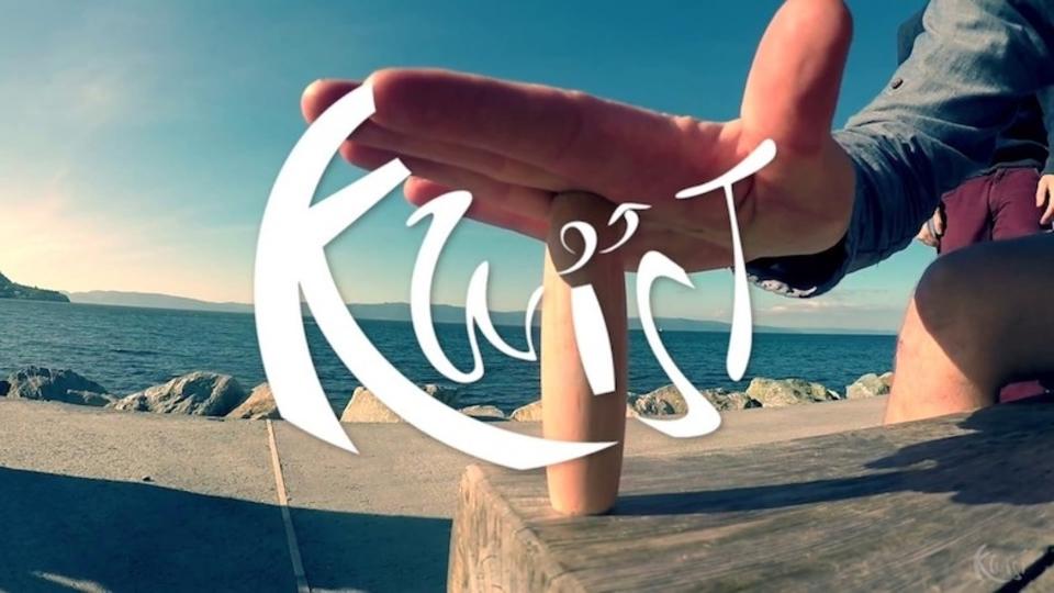 机の上をゴロゴロするフィジェット・スティックこと「Kwist」