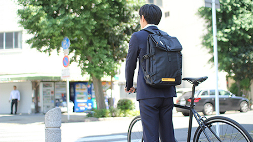 光る、弾く、蒸れにくいッ! 自転車乗りのために開発されたバッグ「flash light backpack」が資金調達を開始