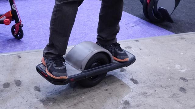 呼び覚ませ運動神経。バランス感覚で操る電動スクーター・電動スケボー「JYRO」にハマりそう