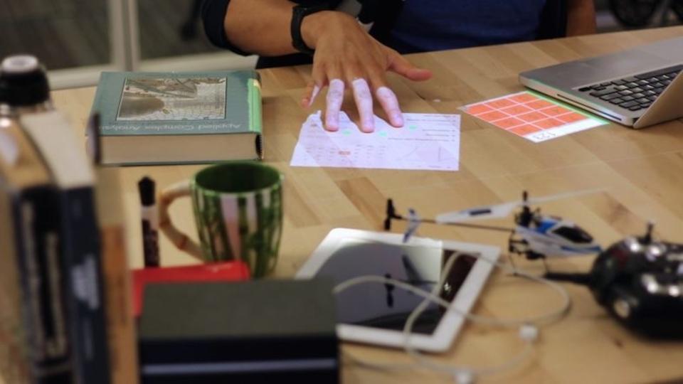 机の上でぬるぬる動くバーチャルスマホ「Desktopography」