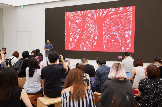 台北101に台湾初のAppleストアがオープン。定番のオープン記念Tシャツ、今回は赤!