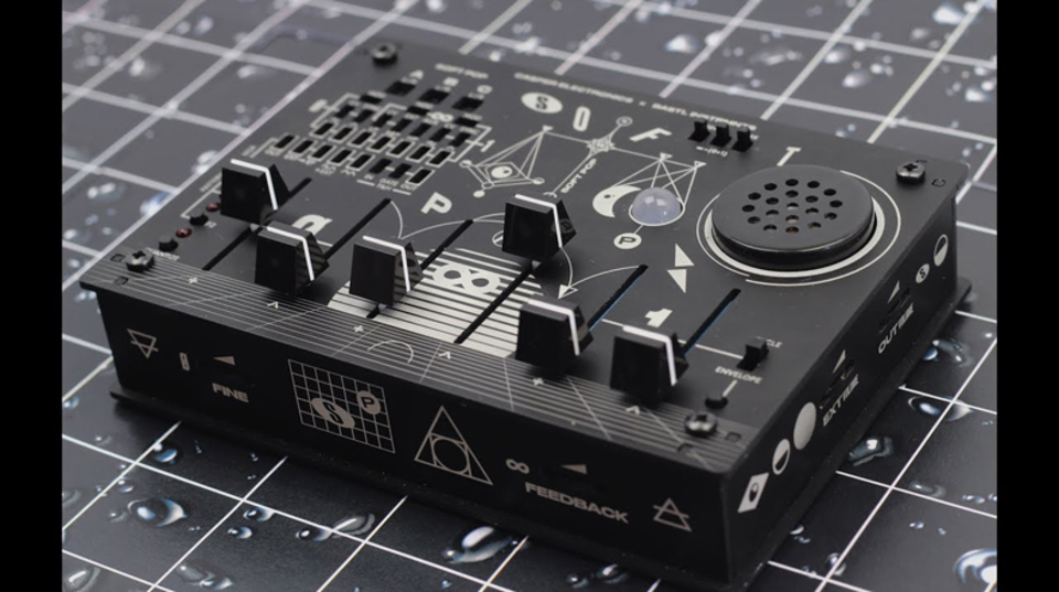 スピーカー搭載のアナログセミモジュラーシンセ「softPop」がキュートかつギズモなサウンド