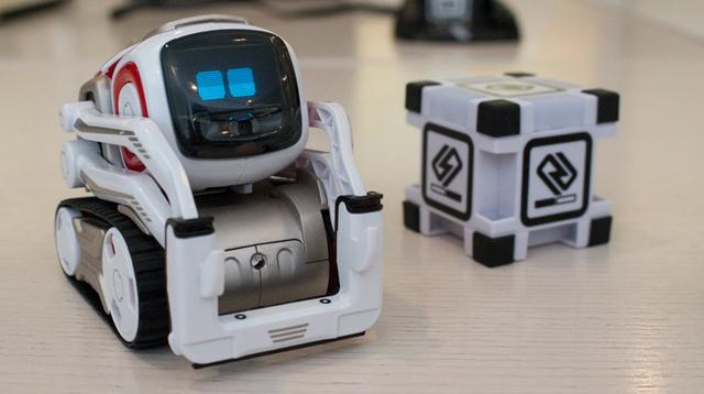 賢くてやんちゃなAIロボット「Cozmo」と遊んできた。まるで映画の世界から飛び出してきたみたい!