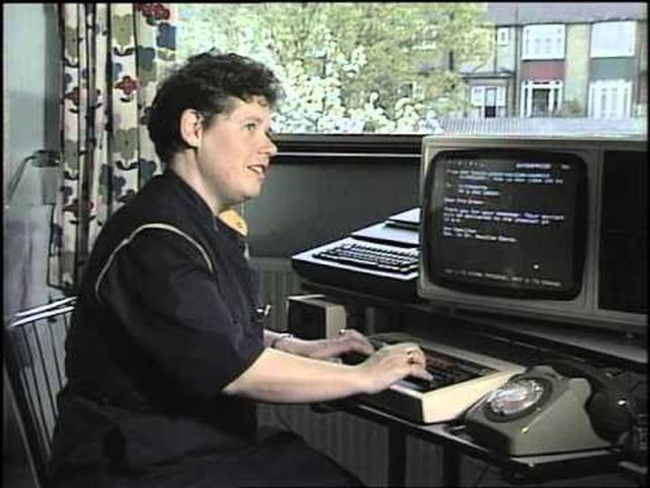 ダイヤル電話を使う、1984年式「Eメールの送り方」動画