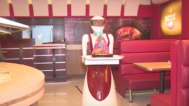 パキスタンのピザ屋さん、看板娘はロボットです