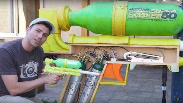 夏!元NASAエンジニアが作った世界最大の水鉄砲はスイカも割れる2