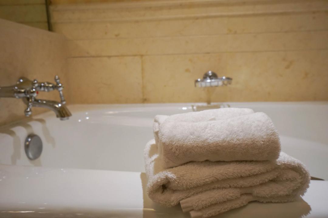 米国で14歳女子がお風呂にスマホ落として感電死。日本並みの120Vでも起こる恐怖